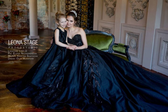 мам с дочкой в черных платьях
