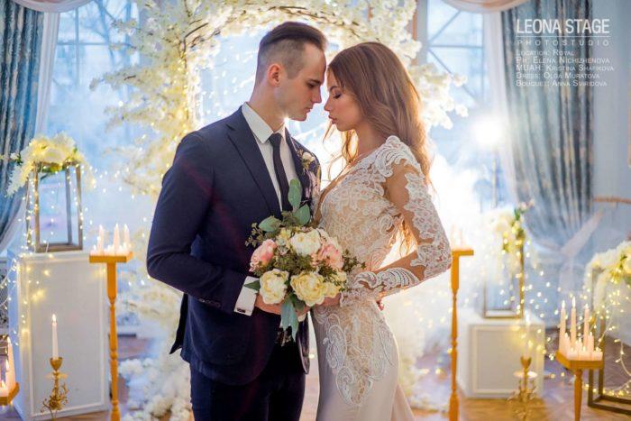 жених с невестой возле свадебной арки в зале Royal Leona Stage