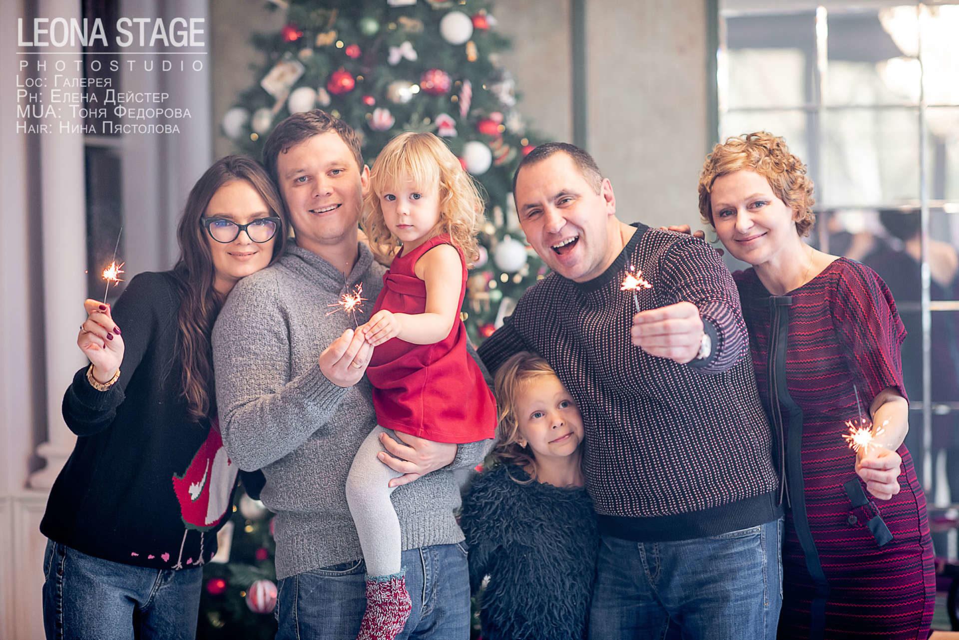 Семейная фотосессия мама с двумя дочками